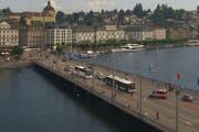 Die Polizei kontrolliert auf der Seebrücke einen VBL-Bus. (Bild: Webcam Luzern Tourismus)