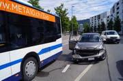 Das Auto streifte den Bus an der General-Guisan-Strasse. (Bild: Zuger Polizei)
