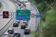 Der Ferien-Reiseverkehr staut sich am Freitag vor dem Gotthardtunnel bei Wassen in Richtung Süden auf mehrere Kilometer Länge. (Bild: KEYSTONE/Urs Flueeler)