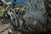Am Sonntagnachmittag stürzte eine Mountainbike-Fahrerin. (Symbolbild/Laurent Gillieron/Keystone)