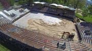 Die Beachvolleyball-Arena aus der Vogelperspektive: Bagger verteilen Sand im Center-Court, hinten rechts die drei weitere Felder. (Bild René Meier)