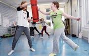 Die Teilnehmerinnen werden auch in die Selbstverteidigungskunst eingeführt. (Bild: Werner Schelbert (Zug, 25. April 2017))