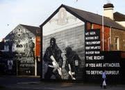 Eine bemalte Hauswand erinnert an den Konflikt in Belfast, Nordirland. (Bild: AP Photo/Peter Morrison)