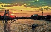 Berlin im Sonnenuntergang: Die deutsche Hauptstadt ist eines der beliebtesten Ziele von Schweizern. (Bild: EPA/Paul Zinken)