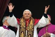 Vielfältig soll die katholische Weltkirche sein, das wünschen sich viele Mitglieder besonders aus den südlichen Ländern. Hier im Bild ist Papst Benedikt XVI. bei einem seiner Auftritte. (Bild: Keystone)
