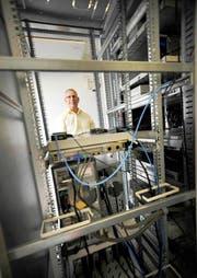 Hansueli Girsberger in seinem Element: Sein Informatik Unternehmen in Brunnen ist der einzige unabhängige Stromprognosen-Softwareentwickler der Schweiz. (Bild: Corinne Glanzmann / Neue LZ)