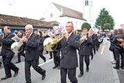Das neu eingekleidete Blasorchester Feldmusik Neuenkirch beim Auszug aus der Kirche. (Bild: Manuela Jans)
