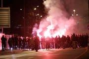 Die Zuger Polizei begleitet eine Gruppe ZSC-Fans vom Bahnhof zur Bossard-Arena. (Bild: Archiv Stefan Kaiser / Neue ZZ)