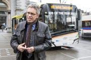 Norbert Schmassmann, Direktor der Verkehrsbetriebe Luzern vbl, spricht vor dem Elektrobus «Urbino», welcher derzeit auf dem Streckennetz in und um Luzern getestet wird. (Bild: Alexandra Wey/Keystone (Luzern, 1. Februar 2018))