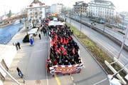 Der Tross der Demonstranten auf der Höhe des Sentistegs beim Kasernenplatz. (Bild Roger Zbinden/Neue LZ)