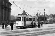 Abfahrbereites Tram der ersten Wagenserie auf dem Bahnhofplatz im Jahre 1924. (Bild: E. Goetz/Archiv vbl)
