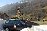 Im vergangenen Jahr zeigten die Skifahrer und Snowboarder ein erstes Mal ihre tollkühnen Sprünge in Ennetbürgen. (Archivbild Urs Rüttimann/Neue NZ)