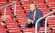 Ralph Krueger schaut auf der Tribüne des St. Mary's Stadium einem Training des FC Southampton zu. (Bild ZVG)