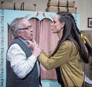 Urs Lischer (als Hans Streit) und Patricia Frischkopf (als Anni Bleibtreu) während der Probe. Bild: Pius Amrein (Mauensee, 17. März 2017)