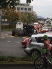 Die Strasse musste kurzzeitig gesperrt werden. (Bild: Leserbild/Ivo Schmidlin)