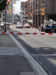Die Polizei hat die Dorfstrasse in Baar am Mittwochnachmittag gesperrt. (Bild: Leserbild)
