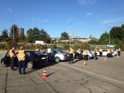 Einsatzkräfte des Grenzwachtkorps, des Zolls und der Zuger Polizei kontrollieren gemeinsam ausländische Fahrzeuge. (Bild: Zuger Polizei)