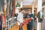 Jacqueline Lauper (links), hier in der Boutique Mai, wirbt in den sozialen Medien für die Neustadt. (Bild: Nadia Schärli (Luzern, 20. Oktober 2017))