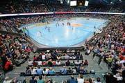 Beim ersten Streethockey-WM-Spiel der Schweiz gegen die Bermudas ist die Bossard-Arena gut gefüllt.Bild: Stefan Kaiser (Zug, 19. Juni 2015)