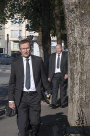 Polizeikommandant Adi Achermann (vorne) und Kripo-Chef Daniel Bussmann auf dem Weg ins Gerichtsgebäude. (Bild: Keystone/Urs Flüeler (19.06.2017, Luzern))