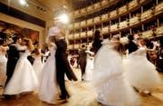 Das Hochamt für den Walzer: der Wiener Opernball. (Bild: AP/Herwig Prammer)