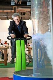Der grüne Luzerner Stadtrat Adrian Borgula macht auch selber Strom: An einer Sonderausstellung anlässlich der Luga brachte er durch Pedalen Wasser zum Kochen. (Neue LZ/Dominik Wunderli) Fotografiert am 03.05.2013 in Luzern LUGA Energie Sparen Fahrrad Sport (Bild: Dominik Wunderli / LZ)