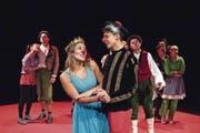 Roter Teppich, rote Pappnasen: Das Theater Bagasch zeigt eine witzige Version von «Romeo und Julia». (Bild: Nadia Schärli (Luzern, 25. Oktober))