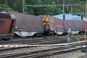 Die entgleisten Güterzüge im Bahnhof Erstfeld. (Bild: Urs Hanhart / Neue UZ)