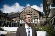 Franz-Xaver Simmen, CEO der Andermatt Swiss Alps, blickt vor dem Hotel Chedi trotz schwierigem Marktumfeld zuversichtlich in die Zukunft. (Bild: Corinne Glanzmann / Neue LZ)