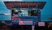 Glace-Verkäufer Luis Diego Vasquez versorgt seinen kleinen Verkaufsstand mit Solarzellen komplett selbst mit Strom. 98 Prozent des Stroms in Costa Rica stammen aus erneuerbaren Quellen. Bei der Stromgewinnung aus Solarenergie sehen Umweltexperten indes noch Nachholbedarf. (Bild: Ezequiel Becerra/AFP/Getty (Caldera, 31. Oktober 2015))