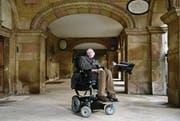 Die Universität von Cambridge war Dreh- und Angelpunkt in seinem Leben: Hier besuchte Professor Stephen Hawking den Campus während des Cambridge Film Festivals für eine Spezialvorführung seiner BBC-Filmbiografie namens «Hawking» . (Bild: Karwai Tang/Getty (19. September 2013))