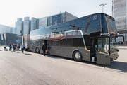 Solche Busse machen Zügen Konkurrenz. (Bild: Gaetan Bally/Keystone (Kloten, 1. November 2017))