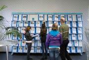 Jugendliche informieren sich im Bildungsinformationszentrum BIZ über verschiedene Berufe. (Symbolbild) (Bild: Archiv / Keystone)