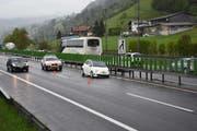 Zuvor war gegen 17.15 Uhr bereits schon einmal ein Selbstunfall passiert. Vor dem Tunnel Lopper auf der A8 kollidierte ein Fiat mit der dortigen Mittelleitplanke und verlor dabei das linke Vorderrad. (Bild: Kantonspolizei Obwalden)