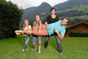 Einen 110-Kilo-Mann müssen drei Paar Arme tragen: der Obwaldner Schwinger Peter Imfeld mit Tochter Lianne, Sohn Laurin und seiner Frau Marie-Louise. (Bild Corinne Glanzmann)