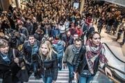 Erster Stresstest für die Mall: Mehrere hundert Besucher strömen in die Mall. (Bild: Nadia Schärli (Ebikon, 8. November 2017))