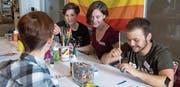 Mara Labud (Zweite von links) ist Mitbegründerin des Jugendvereins Prisma, der sich an der Pride in Zürich engagieren will. (Bild: Maria Schmid (Zug, 19. Mai 2017))
