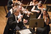 Auch beim Abschiedskonzert mit dem Konzertchor Luzern dirigierte Peter Sigrist (77) voller Energie. (Bild: Manuela Jans-Koch (12. November 2017))