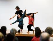 Die Tschetschenin Emilia (links) und die Tibeterin Dekyi (rechts) mit dem Choreografen Karwan Omar beim Tanz. (Bild: Stefan Kaiser (Zug, 20. Juni 2017))