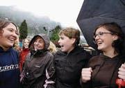 Historischer Moment: Glarner Jugendliche freuen sich 2007 über das Stimmrechtsalter 16. (Bild: Walter Bieri/Keystone (Glarus, 6. Mai 2007))
