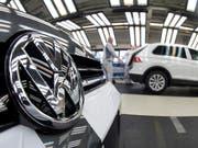 Mit Autos der Kernmarke VW hat der Konzern Volkswagen im vergangenen Jahr weniger eingenommen. (Bild: KEYSTONE/AP dpa/JULIAN STRATENSCHULTE)