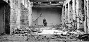 Selbstaufnahme von Carl Lutz in seinem zerstörten Badezimmer im Gebäude der britischen Gesandtschaft im Stadtteil Buda der ungarischen Hauptstadt. (Bild: Archiv für Zeitgeschichte der ETH (Budapest, circa 1947))
