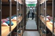 Grossrätin Milly Stöckli und Gemeindepräsident Hanspeter Budmiger besichtigen die unterirdische Spitalanlage in Muri im Kanton Aargau, welche temporär als Asylunterkunft genutzt werden soll. (Bild Nadia Schärli)