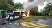 An der Endstation Tschädigen in Meggen brennt ein Bus der Linie 24 lichterloh. (Bild: Leserbild Esther Schnyder)