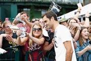 Selfies mit dem Maestro: Überall wo Federer auftaucht, ergibt sich etwa ein ähnliches Bild. (Bild: Peter Klaunzer/Keystone. London, 3. Juli 2017)