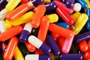 Nicht jedes Medikament ist für jede mögliche Behandlung zugelassen. Eingesetzt werden sie trotzdem. Wer dies bezahlt, ist aber noch unterschiedlich geregelt. (Bild: Keystone (Archiv) / Mark Lennihan)
