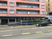Die «Loco Bar» an der Luzerner Baselstrasse 27 ist derzeit mit einem schwarzen Sichtschutz versehen. (Bild: Luzerner Zeitung (2. November 2017, Luzern))
