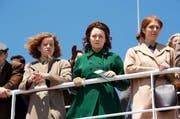 Junge Frauen (Saoirse Ronan, Mitte) auf der Überfahrt ins Unbekannte, die Skyline von New York im Blick. (Bild: PD)