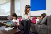 Die Rotes-Kreuz-Kinderbetreuung springt ein, wenn Kinder krank sind oder Eltern eine schwierige Zeit durchmachen. Im Bild: Die Kinderbetreuerin gibt einem kranken Mädchen eine Tasse Tee. (Bild: PD)