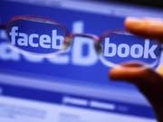 Durch die Gläser einer Brille ist der Schriftzug von Facebook auf einem Laptop zu sehen. (Symbolbild) (Bild: Keystone/DPA-Zentralbild/JENS BÜTTNER)